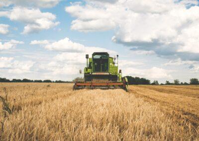 Conduire le tracteur attelé et réaliser les travaux du sol